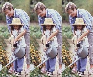 Puzzle de Abuela enseñando a regar a su nieta