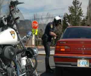 Puzzle de Agente de policía motorizada con su motocicleta y poniendo una multa a un conductor