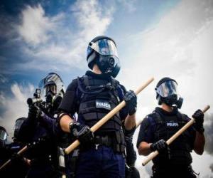 Puzzle de Agentes de policías antidisturbios con la porra en la mano
