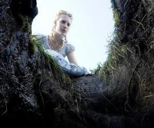 Puzzle de Alicia (Mia Wasikowska) a punto de caer en la madríguera de conejo que la llevará al país de las maravillas