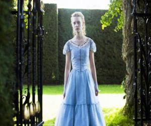 Puzzle de Alicia (Mia Wasikowska) una joven de 19 años, entrando en la mansión victoriana, en la que vivio en su niñez