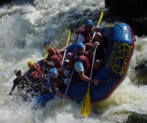 Puzzle de Aventureros bajando por el río con una barca hinchable