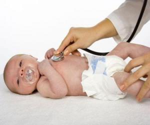 Puzzle de Bebé en el médico con el chupete en la boca