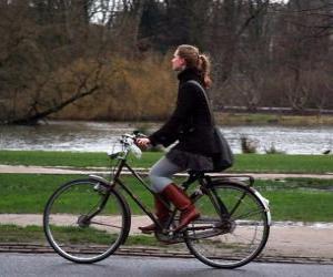 Puzzle de Bicicleta con su propietaria