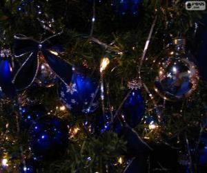 Puzzle de Bolas azules decorando un abeto de Navidad