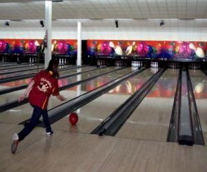 Puzzle de Bolos o bowling - Jugadora lanzando la bola hacia los bolos