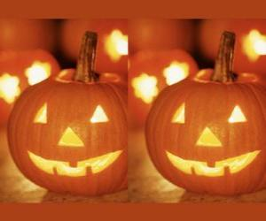Puzzle de calabazas de Halloween con una cara tallada y con una vela encendida en su interior o Jack-o'-lantern