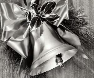 Puzzle de Campana navideña decorada con hojas de acebo y una cinta con un gran lazo