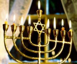 Puzzle de Candelabro de nueve brazos con las velas encendidas, la Januquiá usado en la Jánuca