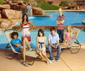 Puzzle de Chad (Corbin Bleu), Taylor (Monique Coleman), Gabriella Montez (Vanessa Hudgens), Troy Bolton (Zac Efron), Ryan Evans (Lucas Grabeel), Sharpay Evans (Ashley Tisdale) al lado de la piscina