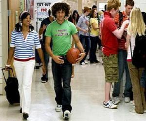 Puzzle de Chad (Corbin Bleu) y Taylor (Monique Coleman) en el pasillo del instituto