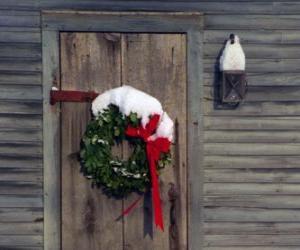 Puzzle de Corona de Navidad colgada en la puerta de una casa