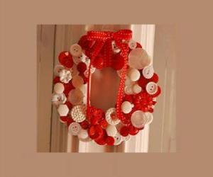 Puzzle de Corona de Navidad hecha de con botones y un lazo rojo