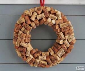 Puzzle de Corona navideña hecha con tapones de corcho
