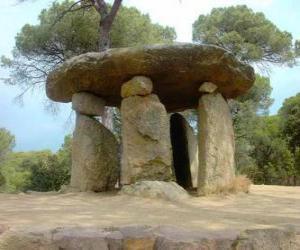 Puzzle de Dolmen, construcción de piedra del neolítico en forma de gran mesa de piedra