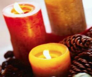 dos grandes velas de navidad encendidas