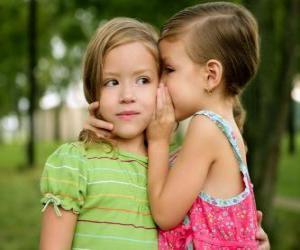 Puzzle de Dos niñas haciéndose confidencias