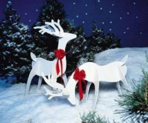 Puzzle de Dos renos de madera con un lazo rojo en una decoración Navideña