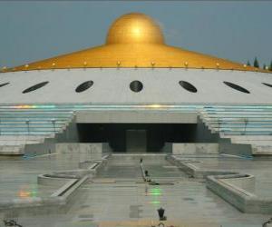 Puzzle de El Cetiya Dhammakaya es un simbolo de la paz mundial a través de la paz interior en un parque y un santuario budista en Tailandia