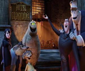 Puzzle de El conde Dracula en la puerta del hotel con sus amigos