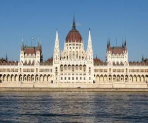 Puzzle de El impresionante edificio del Parlamento Húngaro en la ciudad de Budapest en la orilla del Danubio