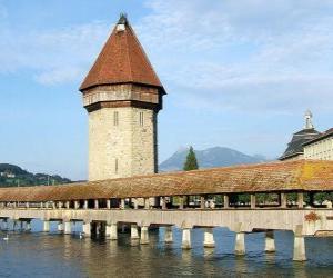 Puzzle de El puente cubierto de madera Kapellbrücke (el Puente de la Capilla) y la torre Wasserturm en la ciudad de Lucerna, Suiza