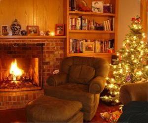 Puzzle de El salón de una casa en la noche de Navidad con el fuego encendido y el árbol con los regalos