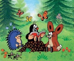 Puzzle de El topo Krtek lee un libro a sus amigos