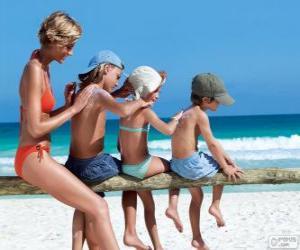 Puzzle de Familia aplicando la crema solar