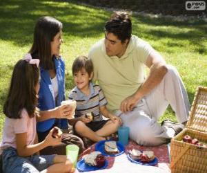 Puzzle de Familia haciendo un picnic en el parque