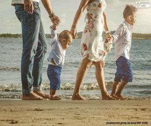 Puzzle de Familia paseando por la playa