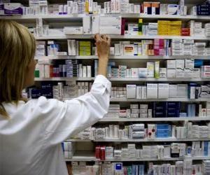 Puzzle de Farmacéutica cogiendo un medicamento