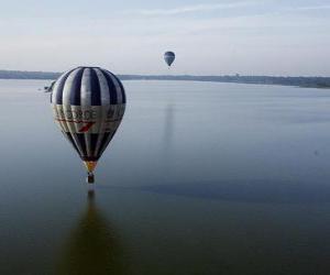 Puzzle de Globo aerostático volando sobre el agua