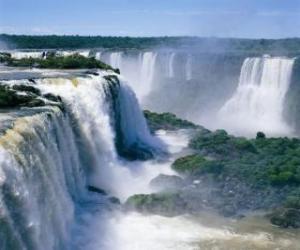 Puzzle de Gran catarata con sus múltiples caídas de agua y las nubes de vapor que se levantan