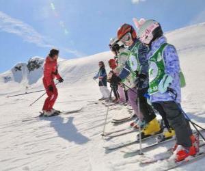 Puzzle de Grupo de niños atentos al monitor de esquí