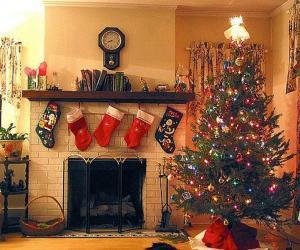 Puzzle de Hogar en Navidad con los calcetines colgados y con los adornos navideños