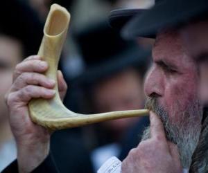 Puzzle de Hombre tocando el shofar. Instrumento musical de viento típico de las fiestas judías