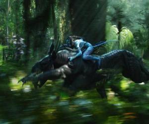 Puzzle de Jake montando a la bestia alada que conocen como toruk, la criatura más peligrosa de Pandora.