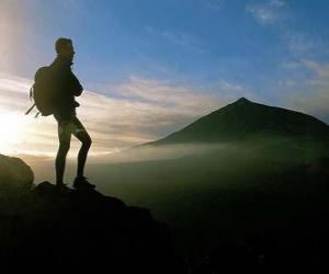 Puzzle de Joven explorador con la mochila en la espalda