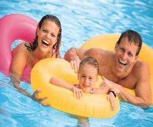 Puzzle de Joven pareja con su hija en la piscina