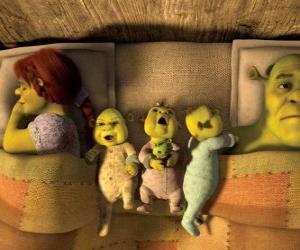 Puzzle de La familia de Shrek, Fiona y sus tres pequeños ogros en la cama.
