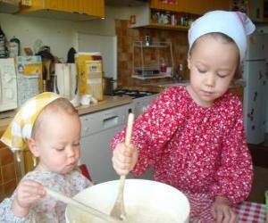 Puzzle de Las niñas preparando un pastel sorpresa como regalo para mamá