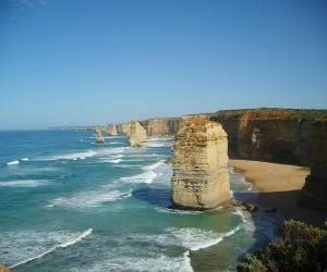Puzzle de Los Doce Apóstoles, es un agrupamiento de agujas de piedra caliza que sobresalen del mar en la costa del Parque Nacional Port Campbell, en Victoria, Australia.