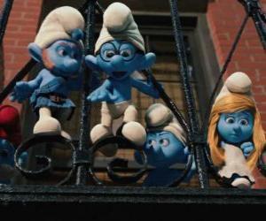 Puzzle de Los Pitufos preparados para saltar desde el balcón