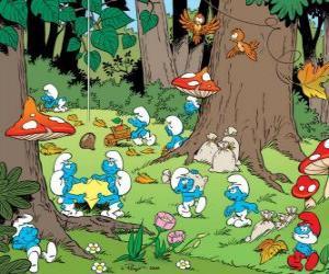 Puzzle de Los Pitufos trabajando en el bosque, recogiendo alimentos