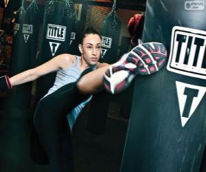 Puzzle de Luchadora de kickboxing o full contact entrenando los golpes con el saco