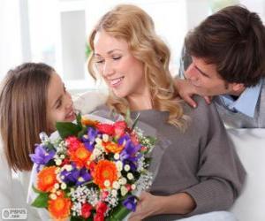 Puzzle de Mamá recibiendo un ramo de flores