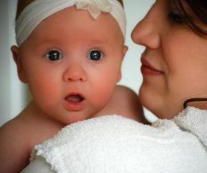 Puzzle de Mamá abrazando con amor a su bebé