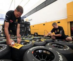 Puzzle de Mecánicos F1, preparando los neumáticos