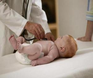 Puzzle de Médico pediatra explorando a un bebé